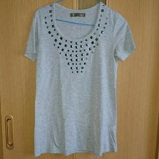エーティー(A.T)のスタッズ付きTシャツ       Mサイズ(Tシャツ(半袖/袖なし))