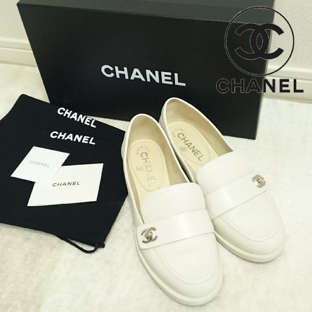 CHANEL(シャネル)のkaori.ttm様専用 シャネル ホワイト ローファー レディースの靴/シューズ(ローファー/革靴)の商品写真