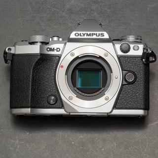 オリンパス(OLYMPUS)のショット数300回ほど オリンパス OM-D E-M5 Mark2 ボディ 銀(ミラーレス一眼)