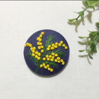 刺繍 ブローチ ミモザ一枝(ブローチ/コサージュ)