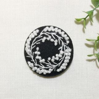 刺繍 ブローチ ミモザリース(ブローチ/コサージュ)