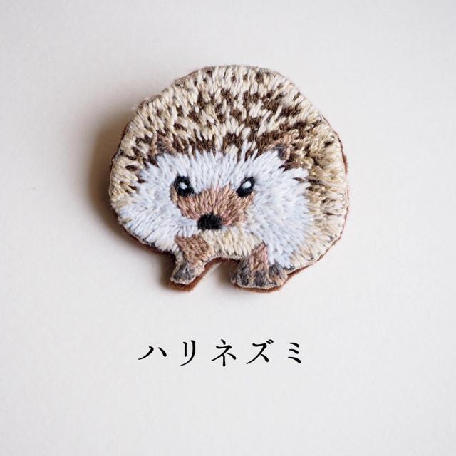 【受注制作】ハリネズミの刺繍ブローチ ハンドメイドのアクセサリー(コサージュ/ブローチ)の商品写真