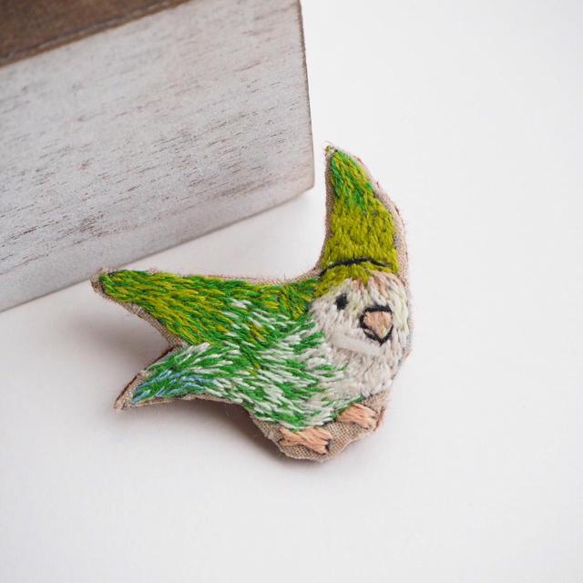 セキセイインコの刺繍ブローチ ハンドメイドのアクセサリー(コサージュ/ブローチ)の商品写真