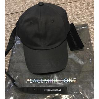 ピースマイナスワン(PEACEMINUSONE)のジヨン愛用PMOロングストラップ帽子 (アイドルグッズ)