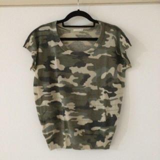 ジーユー(GU)のGUカモフラニットトップス(Tシャツ(半袖/袖なし))