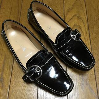 プラダ(PRADA)のPRADA プラダ エナメルレザー ドライビングシューズ ローファー 36 黒(ローファー/革靴)