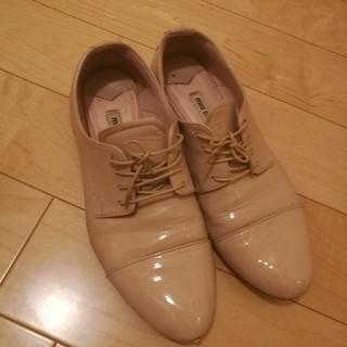 ミュウミュウ(miumiu)のmiumiuエナメルシューズ(ローファー/革靴)
