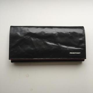 フライターグ(FREITAG)のFREITAG 長財布 CAROLINE 黒x赤 新品(長財布)