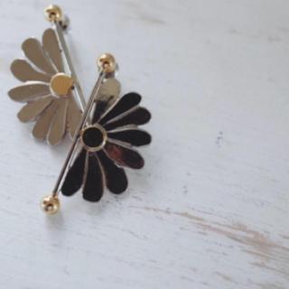 アーカー(AHKAH)のAkari H marguerite earrings akarih (イヤリング)