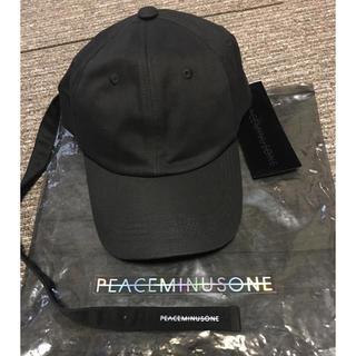 ピースマイナスワン(PEACEMINUSONE)のジヨン愛用PMOロングストラップ帽子(アイドルグッズ)