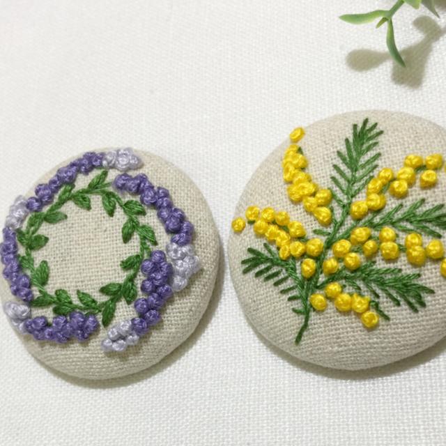 [pote26様専用] 刺繍ブローチ ミモザ一枝 レディースのアクセサリー(ブローチ/コサージュ)の商品写真