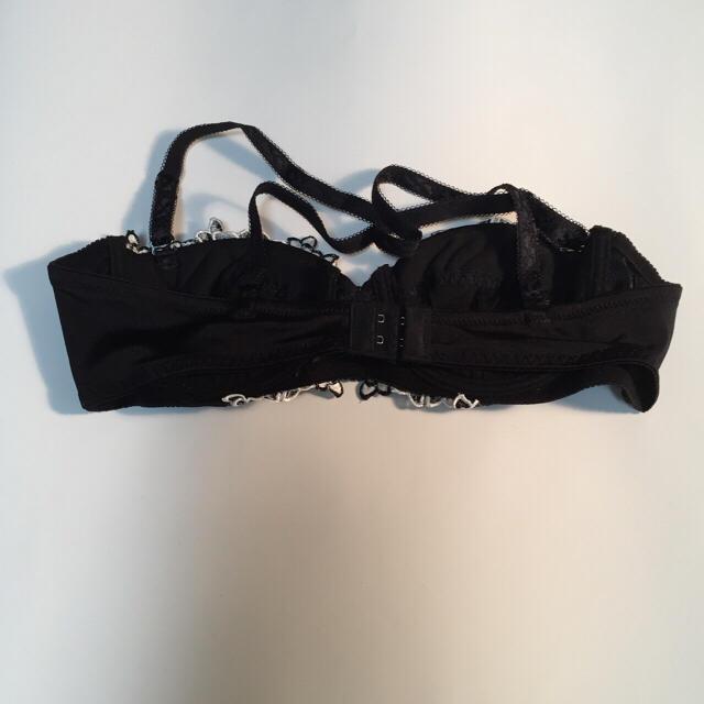 女性下着  ブラジャー  ブラック&花柄(ホワイト)  A75 新品未使用 レディースの下着/アンダーウェア(ブラ&ショーツセット)の商品写真