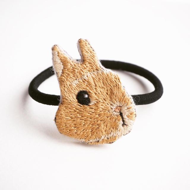 【受注制作】ウサギの刺繍ヘアゴム 【クリーム】 ハンドメイドのアクセサリー(ヘアアクセサリー)の商品写真
