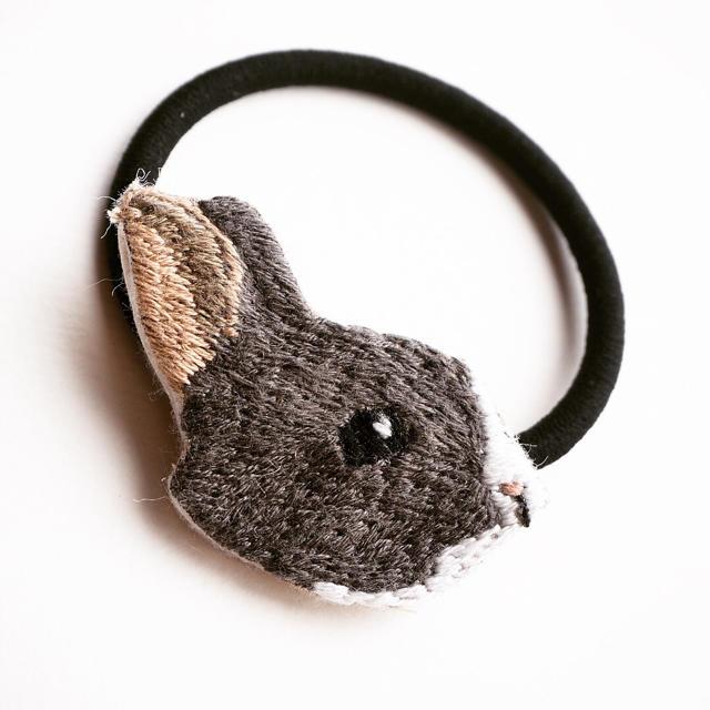 ウサギの刺繍ヘアゴム 【グレー】 ハンドメイドのアクセサリー(ヘアアクセサリー)の商品写真