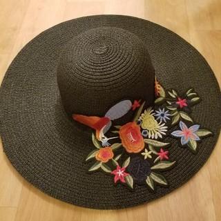 ザラ(ZARA)の新品未使用 つば広ハット 麦わら帽子 刺繍入り ブラック 黒(ハット)