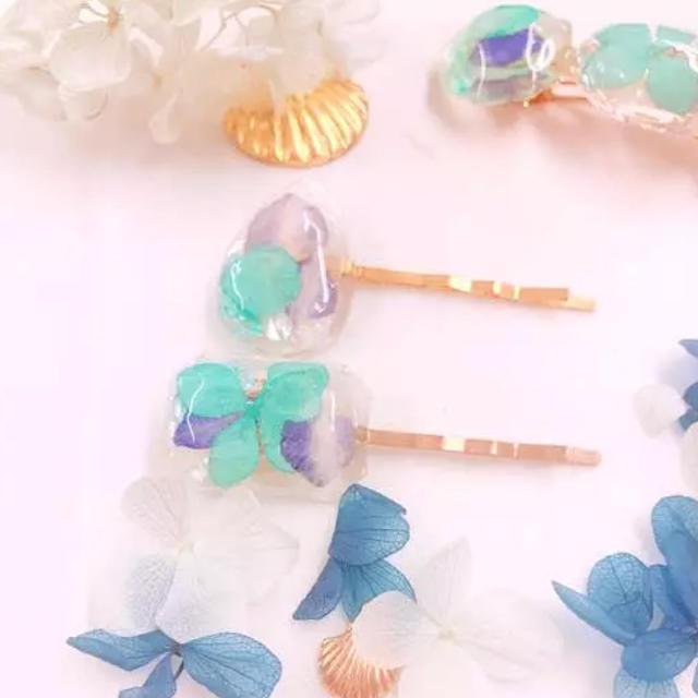 水たまりに浮かぶ青紫陽花ヘアピンセット ハンドメイドのアクセサリー(ヘアアクセサリー)の商品写真
