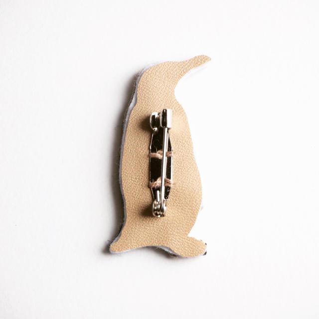 【受注制作】皇帝ペンギンの刺繍ブローチ ハンドメイドのアクセサリー(コサージュ/ブローチ)の商品写真