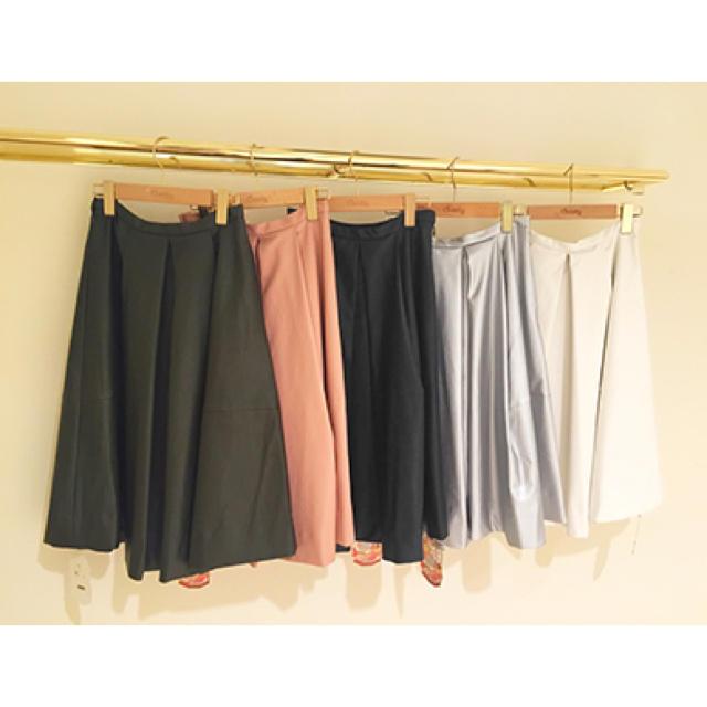 Chesty(チェスティ)のチェスティ  フェイクレザースカートシルバー レディースのスカート(ひざ丈スカート)の商品写真