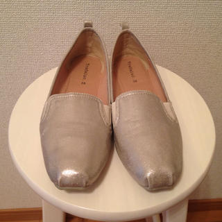 ザラ(ZARA)のZARA ゴールドスリッポン(ローファー/革靴)