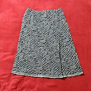 ポールスチュアート(Paul Stuart)のポールスチュアート ひざ丈スカート黒地に白のリーフ模様(ひざ丈スカート)