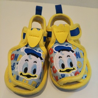 ディズニー(Disney)の送料込み 13cm かわいいサンダル ディズニー ドナルドダック 黄色 青 水色(サンダル)
