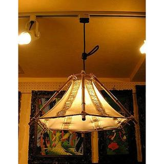 バンブーのペンダントランプ 六角錐とサンダルウッドの枝 横幅最大約43cm(天井照明)