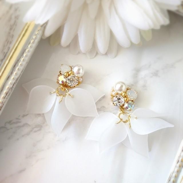 花びらビジュー~ホワイト~ ハンドメイドのアクセサリー(ピアス)の商品写真