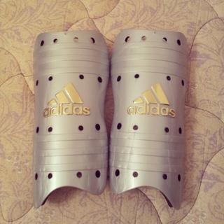 アディダス(adidas)のサッカーフットサル用 すね当て(その他)