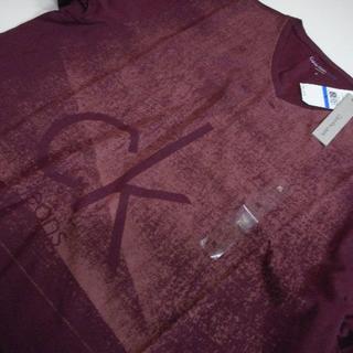 カルバンクライン(Calvin Klein)のCKJ*カルバンクラインジーンズ/US:XL/エンジ/かすれプリントV-TEE(Tシャツ/カットソー(半袖/袖なし))