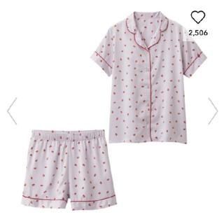 ジーユー(GU)のGUサテンパジャマいちご柄半袖ショートパンツパープル(パジャマ)