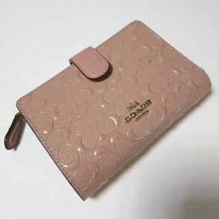 コーチ(COACH)の〈新品〉コーチ COACH ミニシグネチャー 型押し パテントレザー 折り財布(財布)
