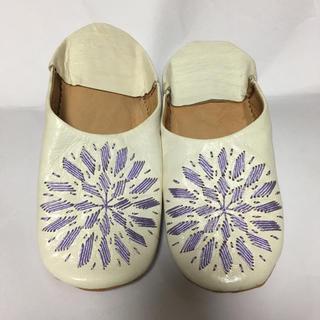 未使用バブーシュ色違い2足セット☆白革にパステルカラーの刺繍★外寸サイズ24cm(その他)