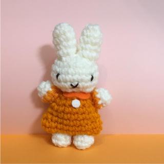 うさこちゃん 風マスコット オレンジ色のお洋服ミッフィー  ちゃん 編みぐるみ(おもちゃ/雑貨)