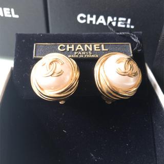 シャネル(CHANEL)のシャネルのロゴマーク付パールイヤリング CHANEL(イヤリング)