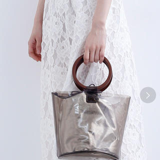 メルロー(merlot)の【新品タグ付き】ウッドハンドルクリアーバケツバッグ(ハンドバッグ)