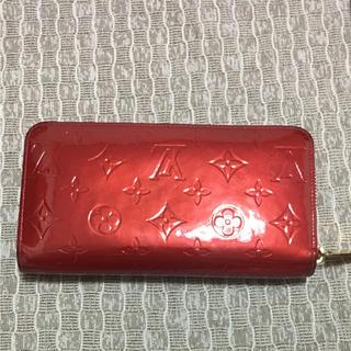 ルイヴィトン(LOUIS VUITTON)のヴェルニ  赤 長財布 ジッパー(長財布)