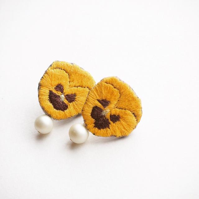 パンジーの刺繍ピアス【B】 ハンドメイドのアクセサリー(ピアス)の商品写真