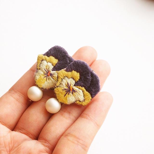 パンジーの刺繍ピアス【A】 ハンドメイドのアクセサリー(ピアス)の商品写真