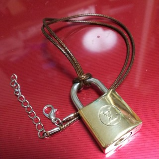 ルイヴィトン(LOUIS VUITTON)のネックレス付き Louis Vuitton パドロック 南京錠  ルイヴィトン (ネックレス)
