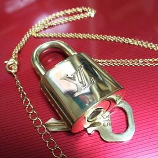 ルイヴィトン(LOUIS VUITTON)の長さ調節ネックレス付き Louis Vuitton パドロック   ルイヴィトン(ネックレス)
