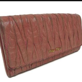ミュウミュウ(miumiu)の☀️激安☀️ミュウミュウ 長財布 財布 フラップ式長財布        (財布)