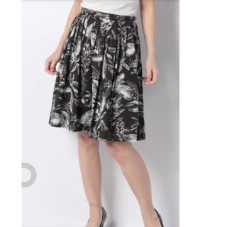 アンドクチュール(And Couture)のボタニカル柄ギャザーフレアースカート(ひざ丈スカート)