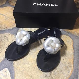 シャネル(CHANEL)のシャネル CHANEL パールホワイト カメリア トングサンダル 37(サンダル)