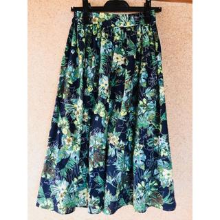 アズールバウマウジーの トロピカル柄スカート