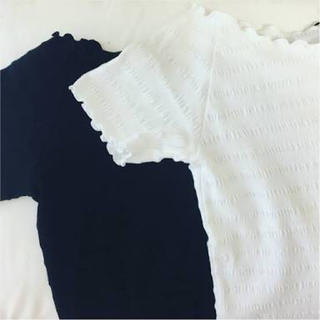 ジーユー(GU)のオフショルダーフリルTシャツ(Tシャツ(半袖/袖なし))