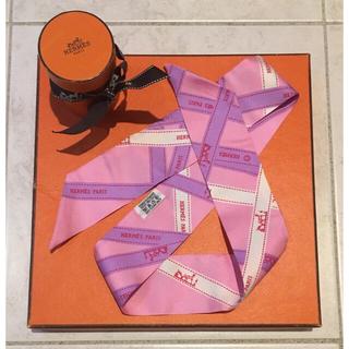 エルメス(Hermes)のエルメス ツイリー 大人可愛いピンクのリボン柄 箱付き(バンダナ/スカーフ)