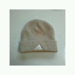 アディダス(adidas)のadidasベージュニット帽(ニット帽/ビーニー)