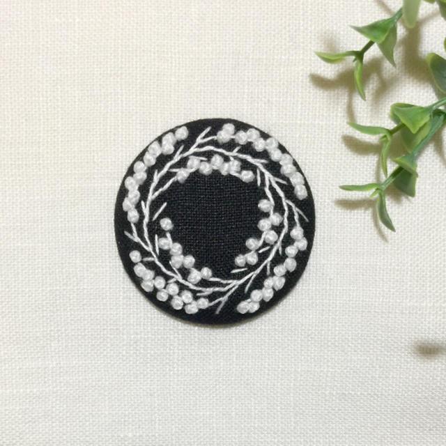 [もりまゆ様 専用] 刺繍ブローチ ミモザリース レディースのアクセサリー(ブローチ/コサージュ)の商品写真