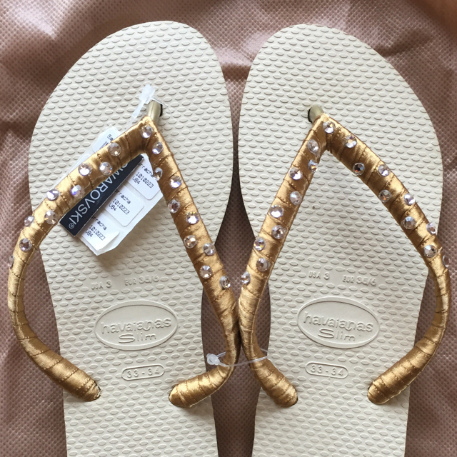havaianas(ハワイアナス)の【新品・未使用】ハワイアナス ビーチサンダル スワロフスキー リボン ゴールド レディースの靴/シューズ(ビーチサンダル)の商品写真