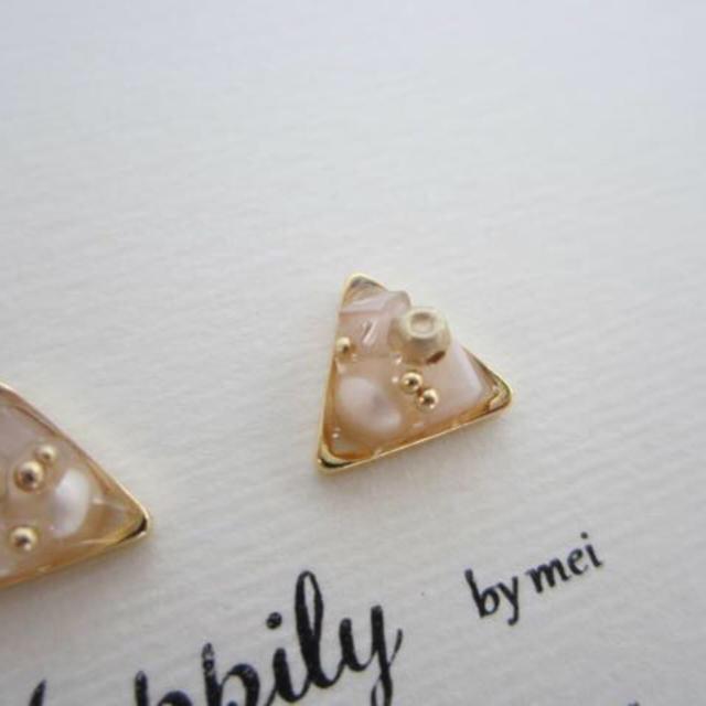 小さい三角(ホワイト)ピアス/イヤリング レディースのアクセサリー(ピアス)の商品写真